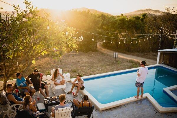 celebrar cumpleaños con fiesta en la piscina
