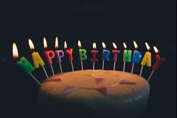 pastel de cumpleaños en celebración