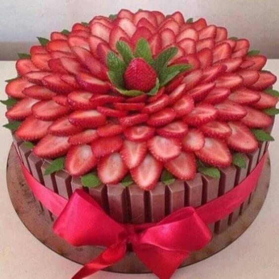 pastel de cumpleaños con kita kat y fresas